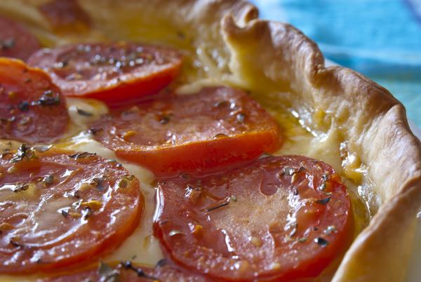 Hojaldre con tomante y mostaza - primer plano