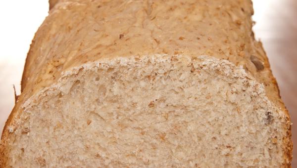 Pan integral con pipas y sesamo - primer plano